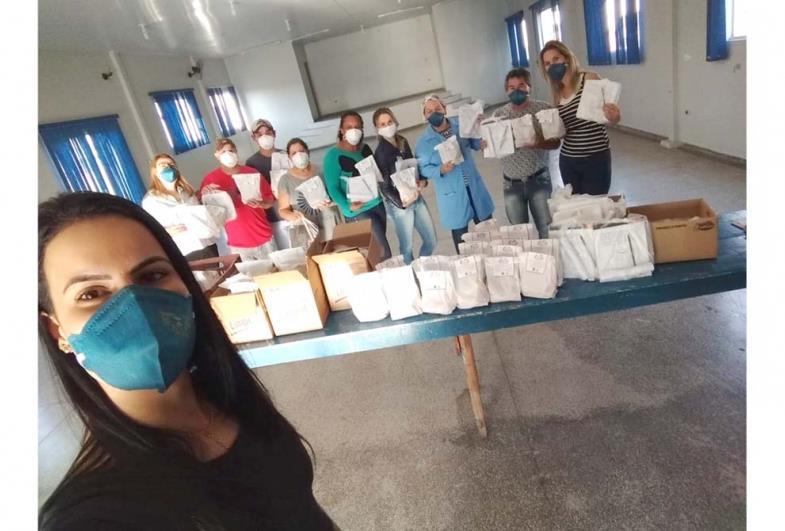 """Prefeitura de Itaporanga entrega kits para crianças do """"Pequeno Aprendiz"""""""