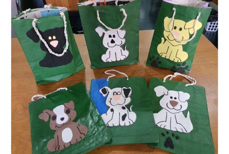 Jovens da Fundação CASA fabricam e doam sacolas para a causa animal