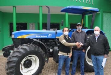 Taguaí conquista trator para a Coordenadoria de Agricultura