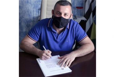 Betinho assina convênio para implantar Banco do Povo em Coronel Macedo