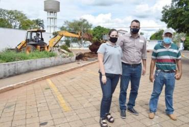 Prefeitura realiza limpeza de canteiro em frente ao cemitério