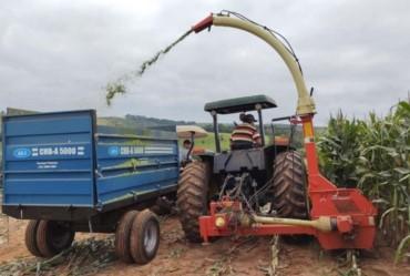 Agricultura oferece serviços com implementos e mão-de-obra aos produtores rurais