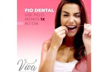 Para evitar mau hálito, gengivite e cáries é importante usar fio dental pelo menos uma vez por dia, sendo recomendado usá-lo sempre após as principais refeições.