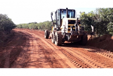 Prefeitura adequa estrada rural para escoamento da produção