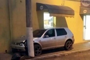 Carro fica preso entre poste perto da Santa Casa de Fartura