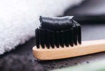 Pasta à base de carvão clareiam os dentes?