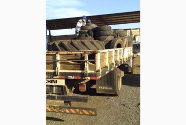 Equipe de Endemias retira pneus acumulados no barracão de reciclagem