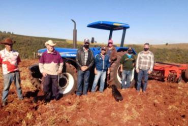 Timburi atende com maquinários produtores rurais do Banco da Terra