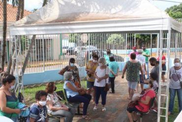 Idosos com 74 anos ou mais tomam segunda dose da vacina contra Covid-19 em Fartura