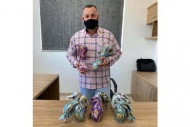 Prefeito Betinho entrega ovos de chocolate para todos os funcionários